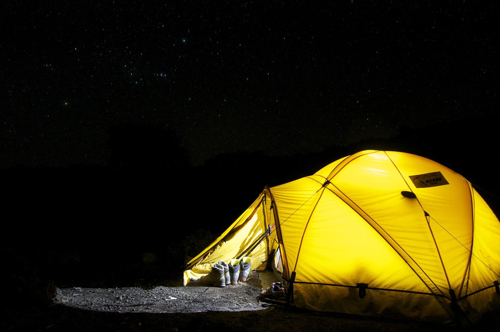 Membawa tenda merupakan hal wajib saat mendaki pesona.travel