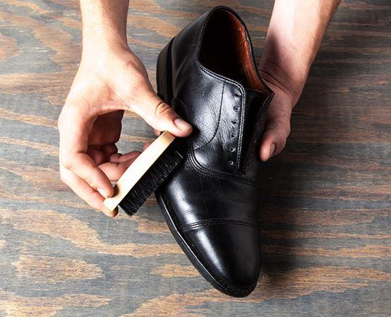 Semir sepatu secara rutin seru.beureum.com